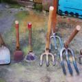 出る羽の民家の農具。山手で作業するために軽くて柄が短いのが特徴。